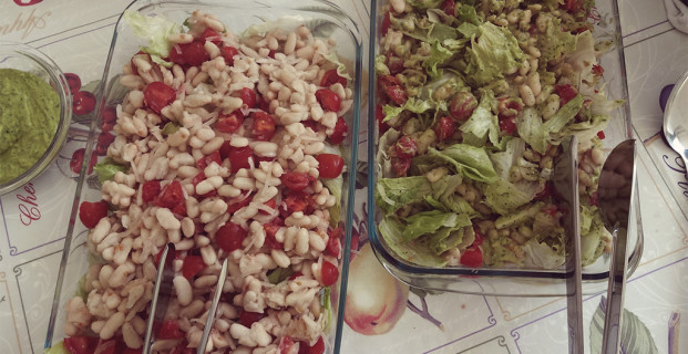 Salada de feijão branco com molho de abacate