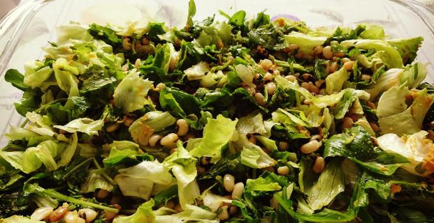 Salada de folhas verdes com feijão fradinho e molho de cenoura
