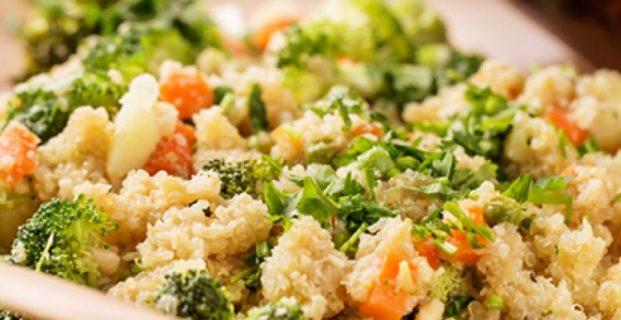 Salada de quinoa com brócolis ao molho de tahine